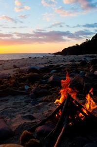屋久島の浜辺でたき火